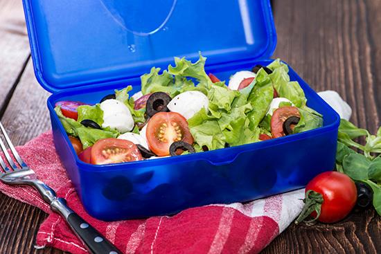 Salat vorbereiten - Dressing extra abfüllen