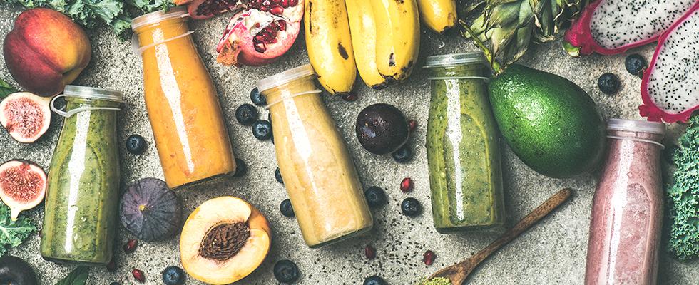 Smoothies in Flaschen mit Obst