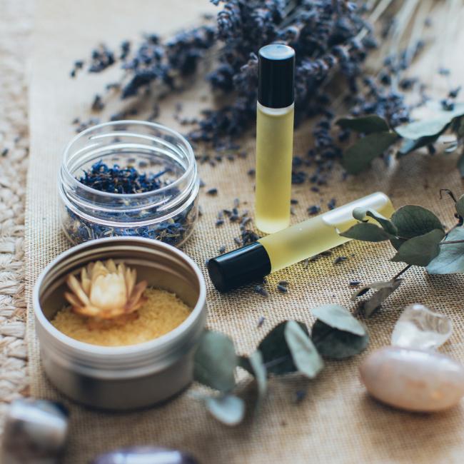 Selbstgemachtes Blütenbadesalz mit ätherischen Ölen